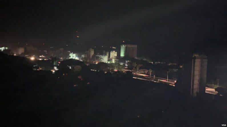 """El ministro de Energía Eléctrica, Luis Motta Domínguez, dijo a la televisora estatal que el apagón fue consecuencia de que """"atacaron el sistema de generación y transmisión en el estado Bolívar, específicamente en el Guri, la columna vertebral de la electricidad"""". (VOA)"""