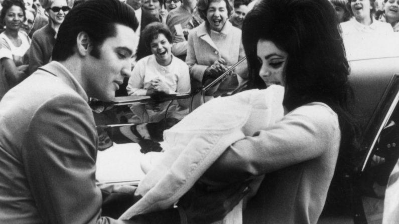 Elvis y Priscilla Presley con su hija, Lisa Marie, nacida el 2 de febrero. (Crédito: Keystone/Getty Images)