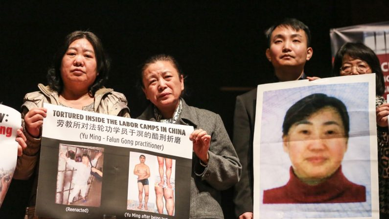 Practicantes de Falun Dafa en Washington sostienen fotos de familiares o abogados todavía encarcelados en China por practicar Falun Dafa o defender a Falun Dafa, en la conferencia de prensa para anunciar la formación de la Coalición para Promover la Libertad Religiosa en China (CARFC) en el Auditorio del Congreso en el Centro de Visitantes del Capitolio, Washington, el 4 de marzo de 2019. (Jennifer Zeng/La Gran Época)