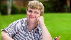 Gerente del gimnasio hace todo por conseguir zapatos para un joven síndrome de down, que los olvidó