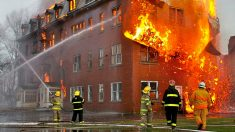 Extraño salva la vida de bebé cuando su mamá lo arroja desde el tercer piso de un edificio en llamas