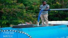 Él es 'water man', el africano que lleva camiones con agua para que ningún animalito muera de sed