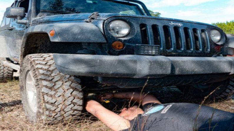 Mamá los envía castigados afuera y escuchan gritos de 'ayuda' del vecino atrapado debajo de un jeep