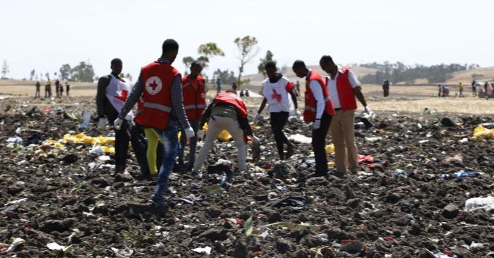 El equipo de trabajo de la Cruz Roja y de la Media Luna Roja trabajan en el lugar del accidente del avión de Ethiopia Airlines cerca de Bishoftu, una ciudad situada a unos 60 kilómetros al sudeste de Addis Abeba, Etiopía, el 10 de marzo de 2019. (Foto de MICHAEL TEWELDE/AFP/Getty Images)