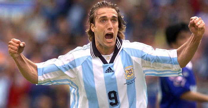 El delantero argentino Gabriel Batistuta marca un gol el 14 de junio en el estadio de Toulouse durante el partido del Grupo H de la Copa Mundial de Fútbol 1998 entre Argentina y Japón (Foto de DANIEL GARCIA/AFP/Getty Images)