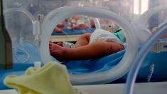 Enfermero encontró a un bebé abandonado en su hospital en estado grave y lo adoptó