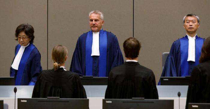 El juez Robert Fremr (C), presidente de la CPI, en la sala de audiencias de la Corte Penal Internacional (CPI) en La Haya, Países Bajos, el 28 de agosto de 2018. Foto de BAS CZERWINSKI/AFP/Getty Images.