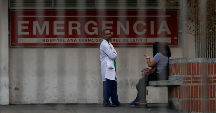 Un médico frente al hospital Ana Francisca Pérez de León en Caracas el 8 de marzo de 2019 durante el peor apagón de la historia de Venezuela. (Foto de CRISTIAN HERNANDEZ/AFP/Getty Images)