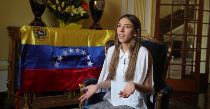 Fabiana Rosales, esposa del presidente encargado de Venezuela, Juan Guaidó, ofrece declaraciones a medios nacionales y extranjeros este sábado en la residencia del embajador de Colombia en Lima (Perú). EFE