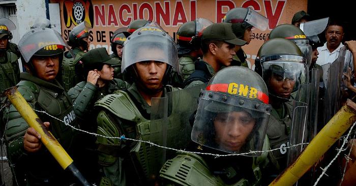 Miembros de la Guardia Nacional Bolivariana hacen guardia en el puente internacional Francisco de Paula Santander, que une Ureña, en Venezuela y Cúcuta, en Colombia. (GEORGE CASTELLANOS/AFP/Getty Images)