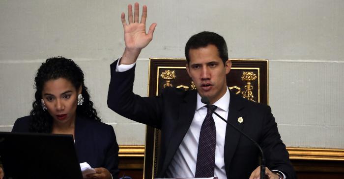 El presidente encargado de Venezuela, Juan Guaidó, durante una sesión plenaria del Parlamento en Caracas (Venezuela). EFE/Rayner Peña