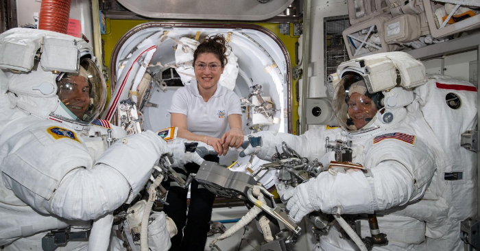Foto de la astronauta de la NASA Christina Koch (c) ayudando a sus compañeros, Nick Hague (i) y Anne McClain (d) con sus respectivos trajes antes de iniciar la primera incursión espacial de sus carreras, el pasado 22 de marzo, a bordo de la Estación Internacional Espacial (ISS, por sus siglas en inglés). EFE/Nasa