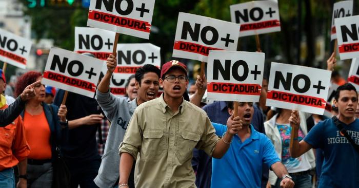 Venezolanos protestan contra el régimen de Nicolás Maduro, cerca del Parque Cristal, en Caracas el 30 de enero de 2019. (Juan Barreto/AFP/Getty Images)