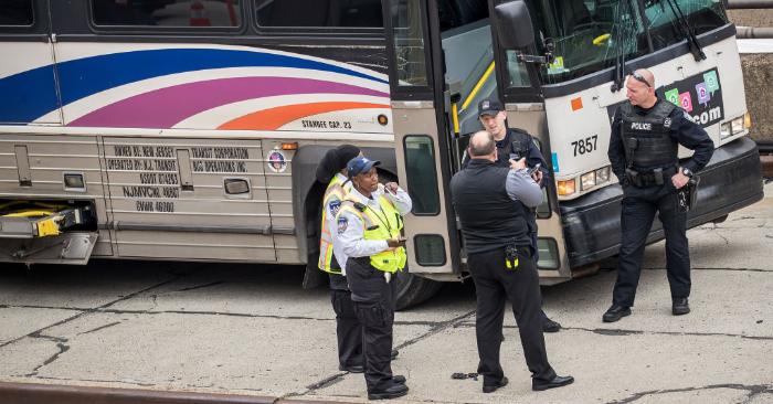Imagen de archivo de funcionarios de las fuerzas de seguridad reunidos cerca de un autobús. (Foto de Drew Angererer/Getty Images)