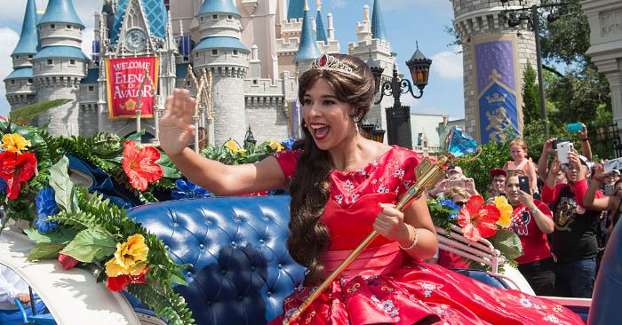 En esta foto del folleto proporcionada por el parque Disney, la princesa Elena de Avalor, primera princesa de inspiración latina de Disney, recibe una bienvenida real durante su llegada al Parque Magic Kingdom el 11 de agosto de 2016 en el Lago Buena Vista, Florida. (Matt Stroshane/Getty Images)