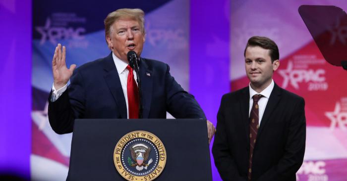 El presidente Donald Trump, y Hayden Williams, en la convención de Acción Política Conservadora (CPAC) en Oxon Hill, Maryland, el 2 de marzo de 2019. (Foto de Samira Bouaou/La Gran Época)