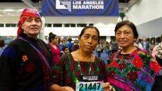 Abuela guatemalteca causa sensación en maratón de Los Ángeles al correr con sandalias y traje típico