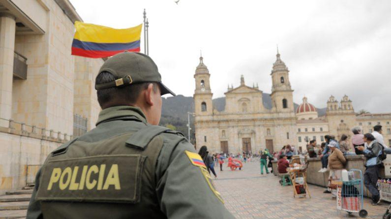 Un policía hace guardia en la plaza Bolívar de Bogotá el 25 de agosto de 2018. Imagen de archivo. (JJOHN VIZCAINO/AFP/Getty Images)