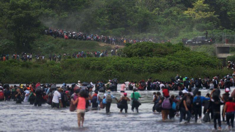 Migrantes salvadoreños que se dirigen en una caravana a los Estados Unidos, cruzan el río Suchiate hacia México, visto desde Ciudad Tecun Uman, Guatemala, el 2 de noviembre de 2018(Foto de MARVIN RECINOS/AFP/Getty Images)