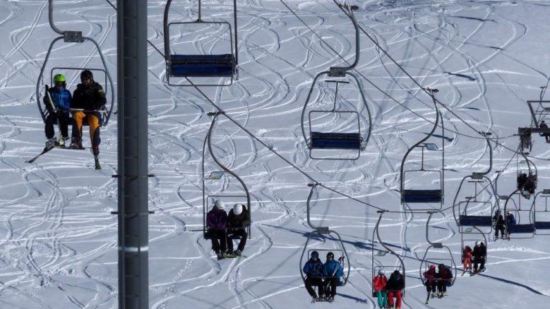 Foto de archivo de esquiadores viajando en una telesilla. (Foto de RAYMOND ROIG / AFP) (El crédito de la foto debe leer RAYMOND ROIG/AFP/Getty Images)