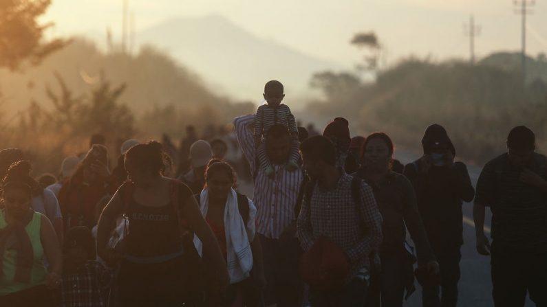 Personas de una caravana de migrantes centroamericanos caminan a lo largo de una carretera, en su camino hacia los Estados Unidos, el 22 de enero de 2019 cerca de Santo Domingo Zanatepec, México. Algunos miembros de la caravana están en México, mientras que otros están más atrasados en Guatemala. (Foto de Mario Tama/Getty Images)