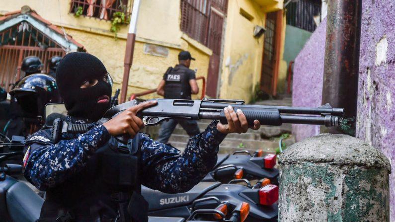 Foto de archivo de un miembro de las fuerzas especiales de la policía nacional bolivariana (FAES) durante un operativo del régimen en el barrio de Petare en Caracas, el 25 de enero de 2019. (Foto de LUIS ROBAYO/AFP/Getty Images.)
