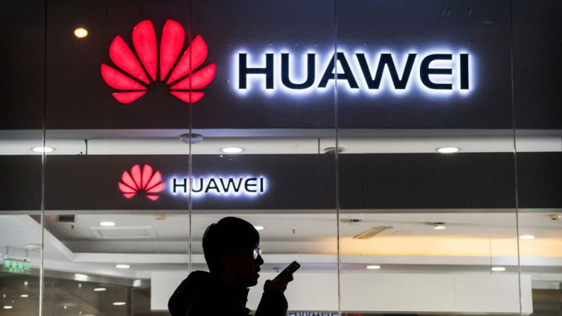 BEIJING, CHINA - 29 DE ENERO: Un peatón habla por teléfono mientras pasa por una tienda de Huawei Technologies Co. el 29 de enero de 2019 en Beijing, China. El Departamento de Justicia de Estados Unidos presentó una serie de cargos criminales contra el gigante chino de las telecomunicaciones Huawei y su directora financiera, Meng Wanzhou, entre los que se incluyen el fraude bancario, la violación de las sanciones a Irán y el robo de tecnología robótica. (Foto de Kevin Frayer/Getty Images)