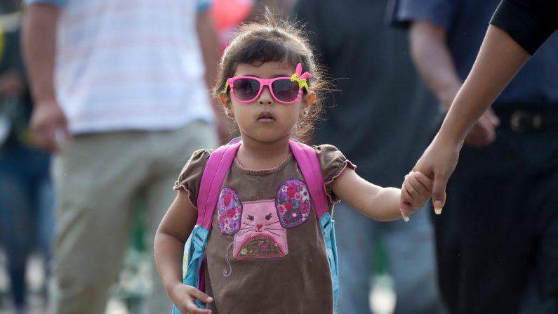 Imagen ilustrativa de una niña tomada de la mano de su madre. (RAUL ARBOLEDA/AFP/Getty Images)
