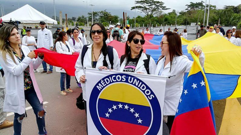 Médicos venezolanos protestan contra el régimen de Nicolás Maduro en el Puente Internacional Tienditas, que está bloqueado por el ejército venezolano, el 10 de febrero de 2019 en Cúcuta, Colombia, en la frontera con Venezuela.  STR/AFP/Getty Images)