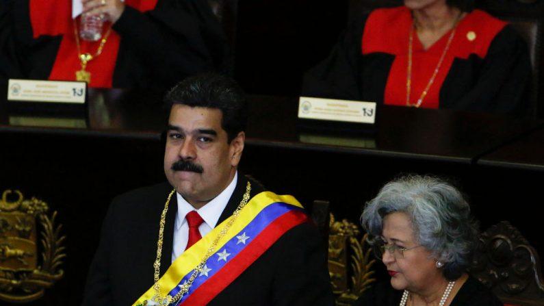 El dictador de Venezuela, Nicolás Maduro (izq.), observa antes de hablar con jueces y miembros del Tribunal Supremo de Justicia en su jornada anual de apertura de sesiones el 24 de enero en Caracas, Venezuela. (Getty Images)
