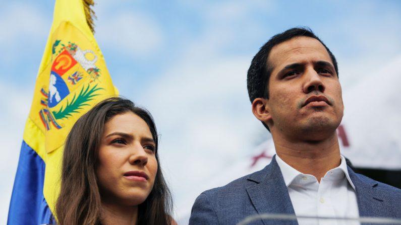 """Una mujer sostiene una pancarta que dice """"No más dictadura"""" durante una manifestación contra el gobierno del presidente Nicolás Maduro convocada por Juan Guaidó el 30 de enero de 2019 en Caracas, Venezuela.(Marco Bello/Getty Images)"""