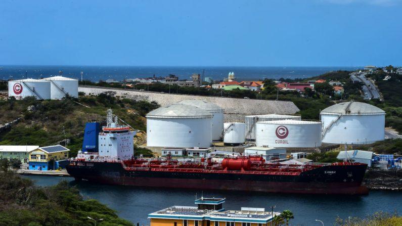 Los buques petroleros permanecen atracados frente a la refinería de petróleo Isla, la cual es arrendada por la empresa petrolera estatal venezolana PDVSA en Willemstad, Curazao, Antillas Holandesas, el 22 de febrero de 2019. (LUIS ACOSTA/AFP/Getty Images)