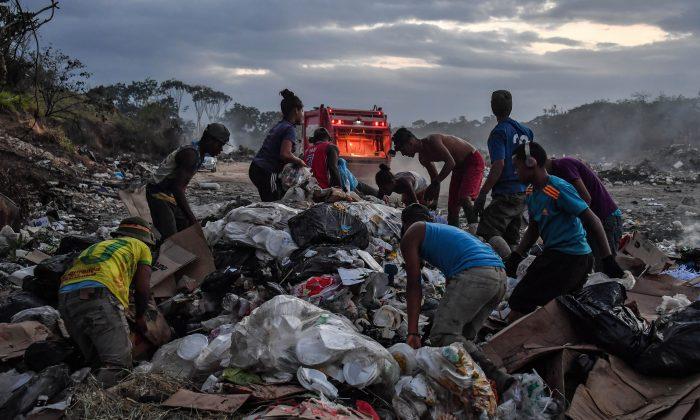 Recolectores venezolanos cavan entre la basura de un vertedero en Pacaraima, Estado de Roraima, Brasil, en la frontera con Venezuela, el 28 de febrero de 2019. (NELSON ALMEIDA/AFP/Getty Images)