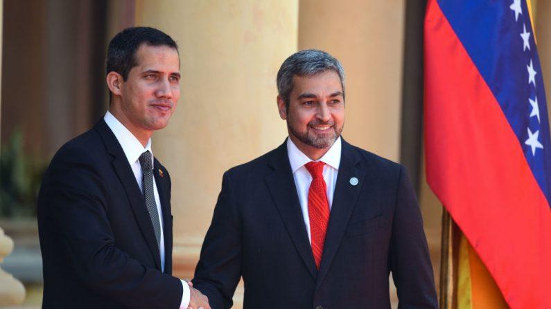 Presidente encargado de Venezuela, Juan Guaidó, es recibido con honores de Jefe de Estado por el presidente Abdo Benítez en Paraguay. (NORBERTO DUARTE/AFP/Getty Images)