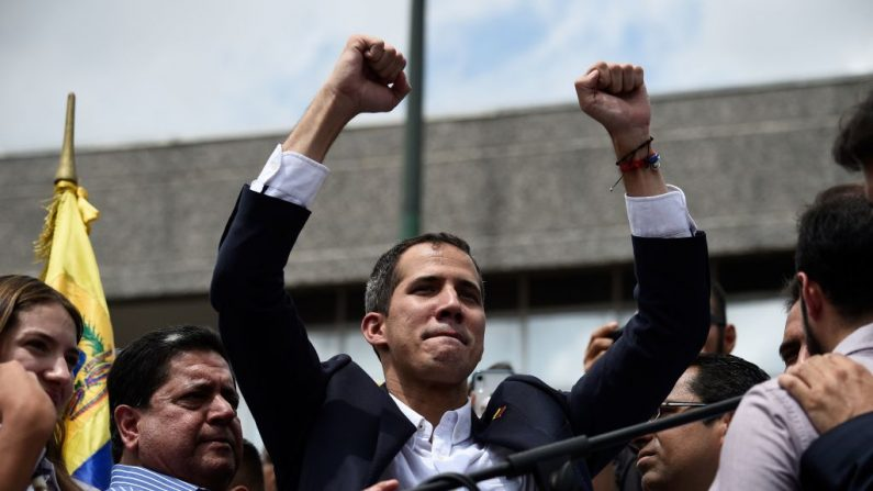 El presidente encargado venezolano, Juan Guaido, levanta los puños durante un mitin a su llegada a Caracas el 4 de marzo de 2019. (FEDERICO PARRA/AFP/Getty Images)