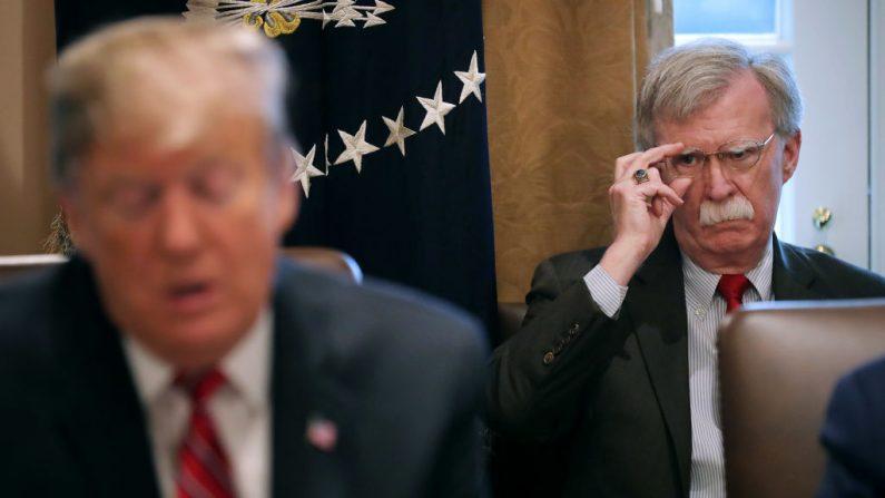 El Asesor de Seguridad Nacional John Bolton (R) escucha al Presidente de Estados Unidos Donald Trump hablar con los periodistas durante una reunión de su gabinete en la Sala de Gabinete de la Casa Blanca el 12 de febrero de 2019 en Washington, DC. (Chip Somodevilla/Getty Images)