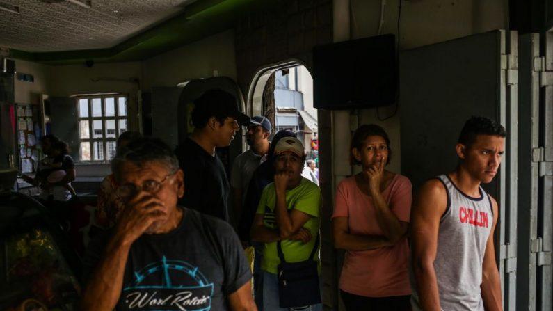 Las personas acuden a una tienda en Caracas el 8 de marzo de 2019 durante el peor apagón en la historia de Venezuela. Venezuela se hundió en la oscuridad el jueves luego de que un apagón eléctrico masivo paralizara a casi todo el país. CRISTIAN HERNANDEZ/AFP/Getty Images)