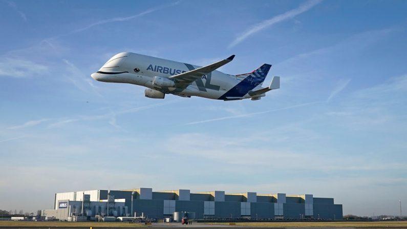 BROUGHTON, GALES - 14 DE FEBRERO: El nuevo Airbus Beluga XL llega a tierra en la planta de montaje de alas Broughton de Airbus el 14 de febrero de 2019 en Broughton, Gales. Airbus también ha anunciado que dejará de fabricar su avión de pasajeros A380. (Foto de Christopher Furlong/Getty Images)