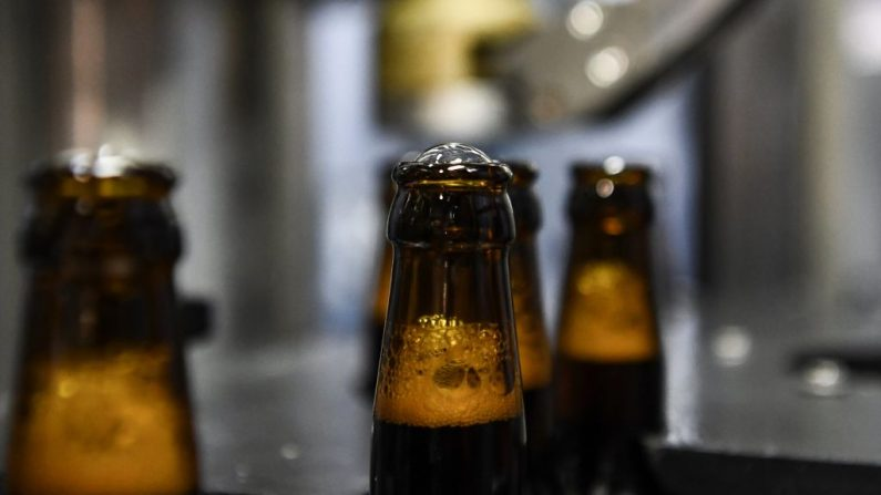 Foto de archivo de botellas de cerveza. (ARIS MESSINIS/AFP/Getty Images)