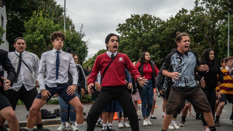 Los jóvenes se presentan en un Haka durante la vigilia estudiantil en la mosquea Al Noor el 18 de marzo de 2019 en Christchurch, Nueva Zelanda. 50 personas murieron y decenas siguen heridas en el hospital después de que un hombre armado disparó en las mezquitas de Christchurch el viernes 15 de marzo. El ataque fue el peor tiroteo masivo en la historia de Nueva Zelanda. (Carl Court / Getty Images)