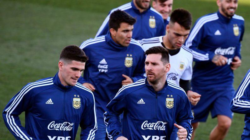 El delantero argentino Lionel Messi (C) y sus compañeros de equipo asisten a una sesión de entrenamiento en las instalaciones del Real Madrid de Valdebebas en Madrid el 18 de marzo de 2019. (GABRIEL BOUYS/AFP/Getty Images)
