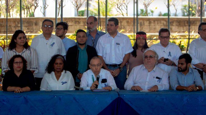 El nicaragüense Carlos Tunnermann (C), miembro de la opositora Alianza Cívica por la Justicia, habla durante una conferencia de prensa en Managua el 18 de marzo de 2019. (MAYNOR VALENZUELA/AFP/Getty Images)