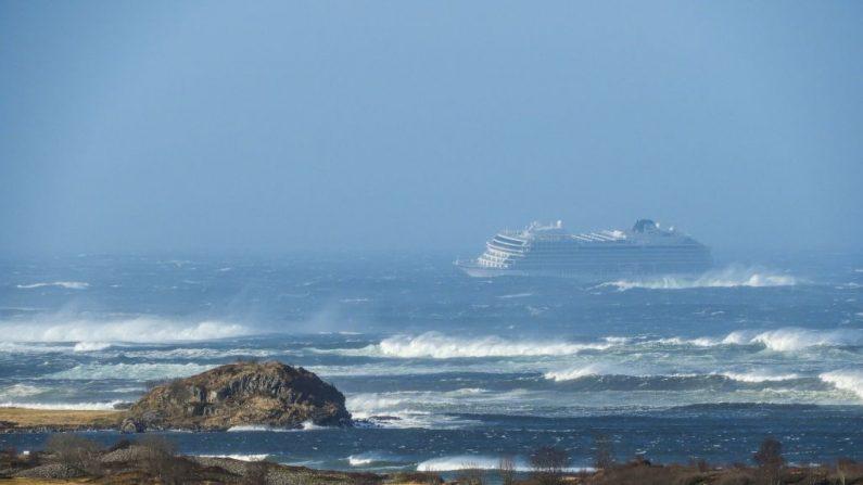 El crucero Viking Sky se muestra el 23 de marzo de 2019 cerca de la costa oeste de Noruega en Hustadvika, cerca de Romsdal. - Los servicios de emergencia dijeron el 23 de marzo de 2019 que transportaban a 1,300 pasajeros en un crucero frente a las costas de Noruega. (FRANK EINAR VATNE/AFP/Getty Images)