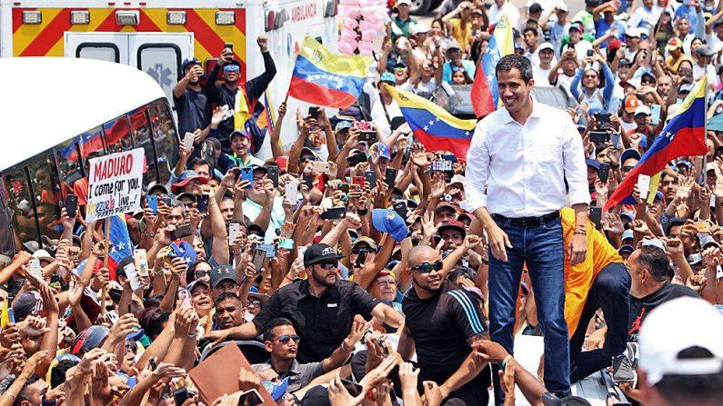 El presidente encargado de Venezuela Juan Guaidó saluda a los venezolanos durante una manifestación en Barcelona, Estado Anzoátegui, Venezuela, el 23 de marzo de 2019. (CARLOS LANDAETA/AFP/Getty Images)