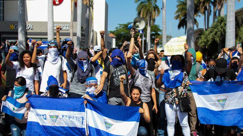 Manifestantes de la oposición que protestan contra el régimen de Daniel Ortega, en Managua, el 23 de marzo de 2019. MAYNOR VALENZUELA/AFP/Getty Images.