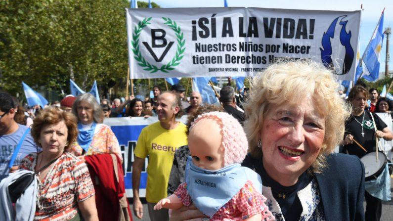 Imagen publicada por Telam que muestra personas que manifestaron contra el aborto en Buenos Aires el 23 de marzo de 2019. (FLORENCIA DOWNES/AFP/Getty Images)