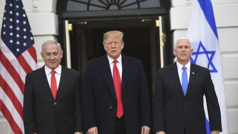 El presidente Donald Trump (C) y el vicepresidente Mike Pence dan la bienvenida al primer ministro israelí Benjamin Netanyahu (izq) en la Casa Blanca en Washington, DC, el 25 de marzo de 2019. (SAUL LOEB/AFP/Getty Images)