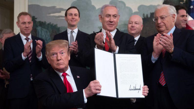 El presidente de los Estados Unidos, Donald Trump, sostiene una Proclamación firmada para reconocer la soberanía de Israel sobre los Altos del Golán, junto al Primer Ministro israelí Benjamin Netanyahu en la Sala de Recepción Diplomática de la Casa Blanca en Washington, DC, el 25 de marzo de 2019. (SAUL LOEB/AFP/Getty Images)