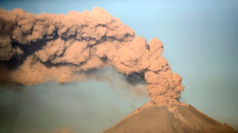 El volcán Popocatépetl arroja cenizas y humo desde Puebla, en el centro de México, el 28 de marzo de 2019. (CARLOS SANCHEZ/AFP/Getty Images)
