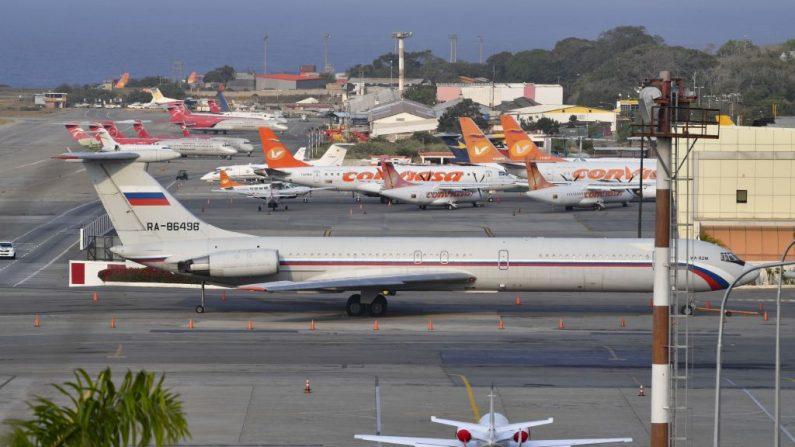Un avión Ilyushin Il-62M de la Fuerza Aérea Rusa, uno de los dos aviones militares rusos que llegaron con tropas y equipo a Venezuela el sábado 23 de marzo, en el aeropuerto internacional Simón Bolívar el 28 de marzo de 2019 en Maiquetía, estado de Vargas, al norte de Venezuela. Foto de YURI CORTEZ/AFP/Getty Images.